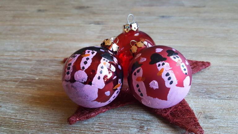 Geschenk zu Weihnachten: Kugeln mit Handabdruck