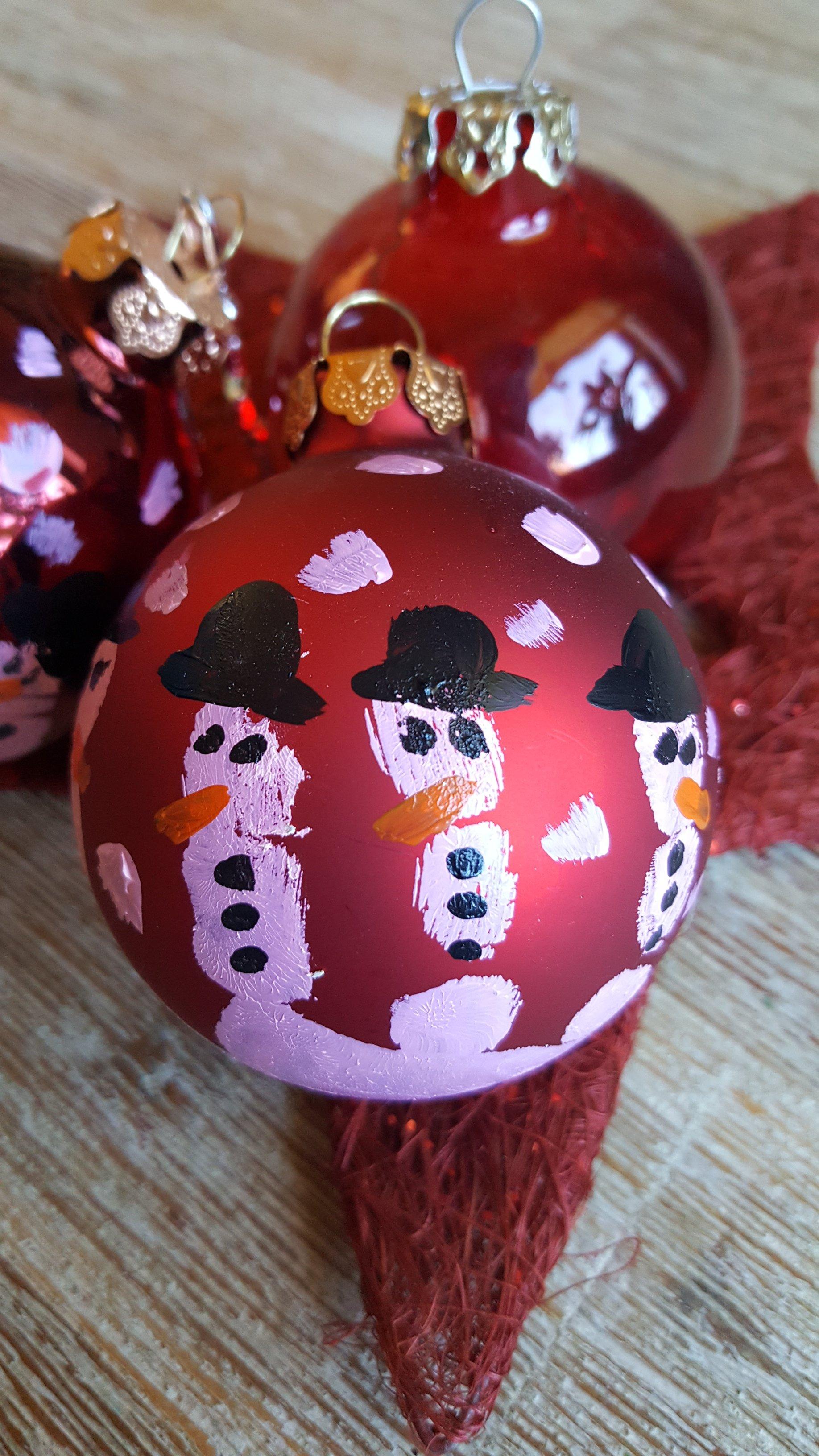 geschenk zu weihnachten kugeln mit handabdruck. Black Bedroom Furniture Sets. Home Design Ideas