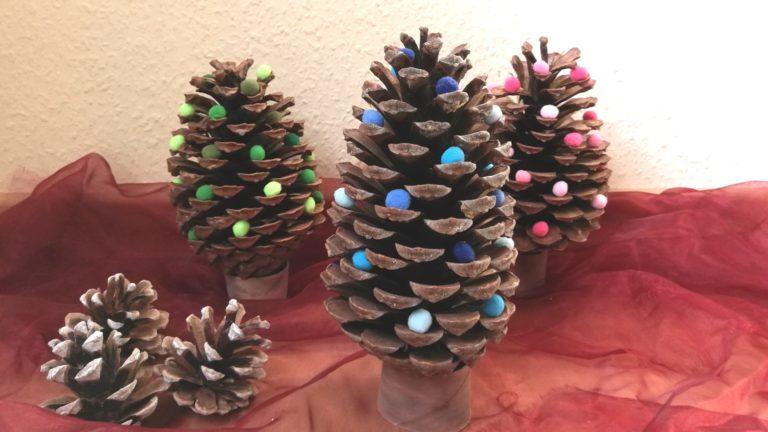 Weihnachtliche Tannenbäume aus Zapfen